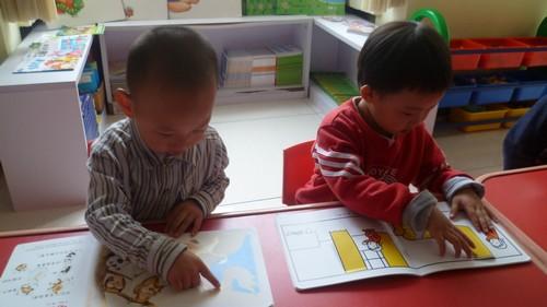 简单的来说就是让小班幼儿阅读能力的培养至于幼儿生活环境的大背景中