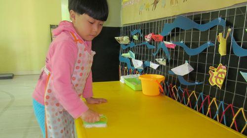 擦桌子的工作既锻炼了孩子的自理能力