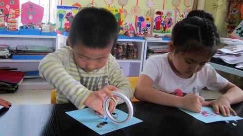 今天我们的美术活动是《纽扣画》, 我们让幼儿自主选择合适的纽扣
