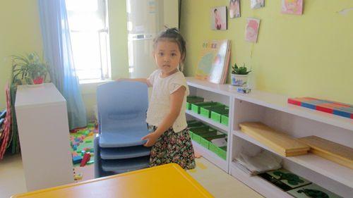 简笔画幼儿自己搬椅子