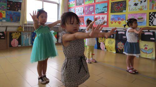 以模仿为主,同时循序渐进的引导幼儿接触舞蹈