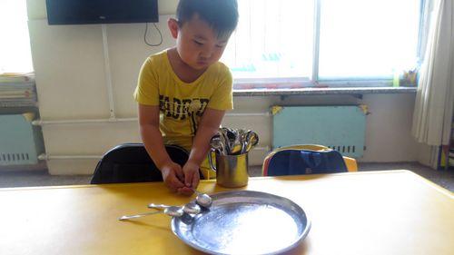 吃饭时给小朋友发餐具(勺子)擦桌子.