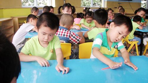 橡皮泥创意 今天我们班的小朋友用橡皮泥做了许多创意.