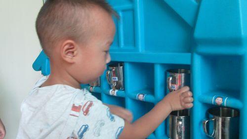 新班的宝宝经过几天的幼儿园生活学会了如何照顾自己,比如喝水