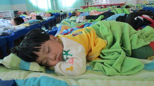 为了幼儿的健康成长,幼儿园的孩子中午必须午睡.