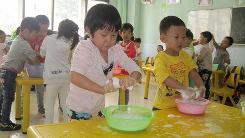 幼儿园里孩子们日常用品要长清洗,长消毒.今天就让小朋友们自己体验.