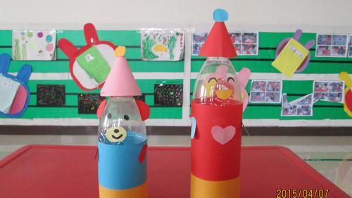 本周美术课,我们的主题为《瓶子娃娃》,矿泉水瓶还有五颜六色的