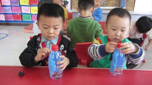 我们利用废旧的瓶子来制作瓶子娃娃,孩子们利用太空泥进行装饰,把瓶子