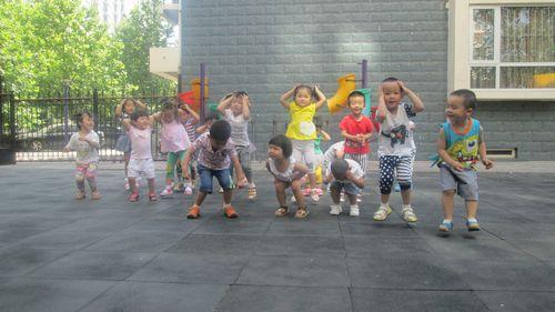 在学青蛙跳的活动中,让幼儿体验参与体育活动的乐趣.-小小青蛙跳
