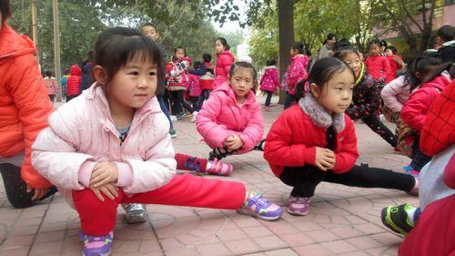 冬季热身运动是冬季体育活动的重要环节,小朋友们在活动之前