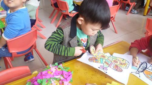 儿童现场制作风筝图片