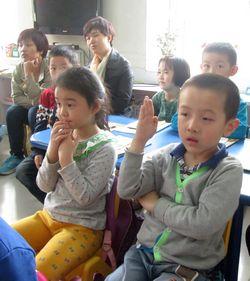 家长积极参与学前班作业展板的布置.-家长参与幼儿园活动