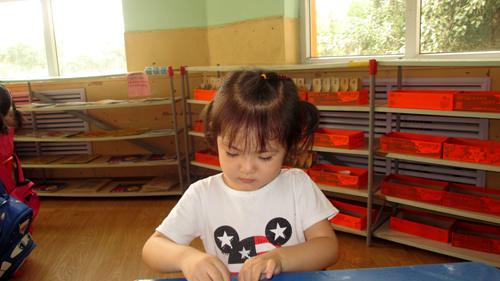 今天我们的折纸活动是折扇子