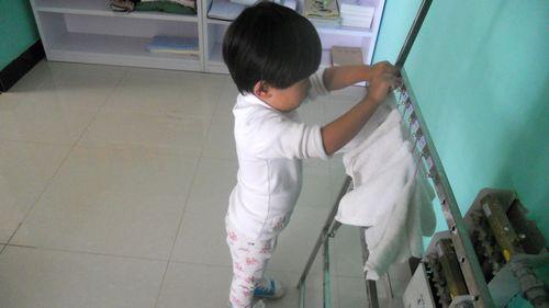 幼儿从小就应该养成良好的生活习惯,比如洗手,吃饭前后,大小便
