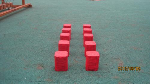 为了丰富幼儿的体能活动,我们自制了梅花桩,它完全是由家长收集的