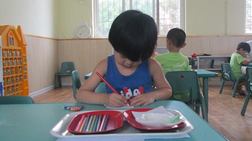 但我们的幼儿出勤率非常好,孩子们喜欢上幼儿园,喜欢蒙氏工作,一 遍一