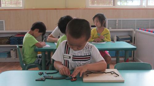 但我们的幼儿出勤率非常好,孩子们喜欢上幼儿园,喜欢蒙氏工作,一 遍