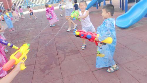 有的小朋友穿着雨衣一点都不怕,可是有的小朋友没穿雨衣,不一会衣服就