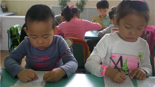 汉字笔顺是书写汉字笔画和部件的先后顺序,笔顺是自有汉字以来,人们在书写过程中正确书写与汉字的经验总结,有一定的规范性和普遍性。孩子们也能按照笔顺来写一些简单的汉字了!走进我们的书写汉字时间!   看,冯茜茜小朋友的嘴巴都在使劲嘿嘿嘿   接触汉字才没几天,孩子们就能很准确的完成!