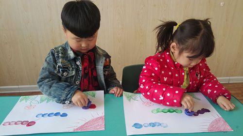 由于小班幼儿有喜欢模仿的年龄特点,于是模仿也就成为他们重要的学习